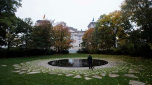 Sinti-Roma memorial, surrounded by nature, overlooking the German Parliament. (Credit: http://www.spiegel.de/international/germany/monument-to-sinti-and-roma-murdered-in-the-holocaust-opens-in-berlin-a-863212.html)