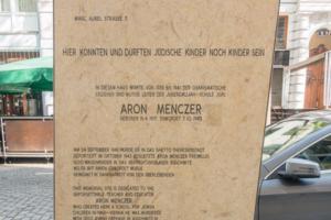 Plaque honoring Aron Menczer in Vienna, Austria